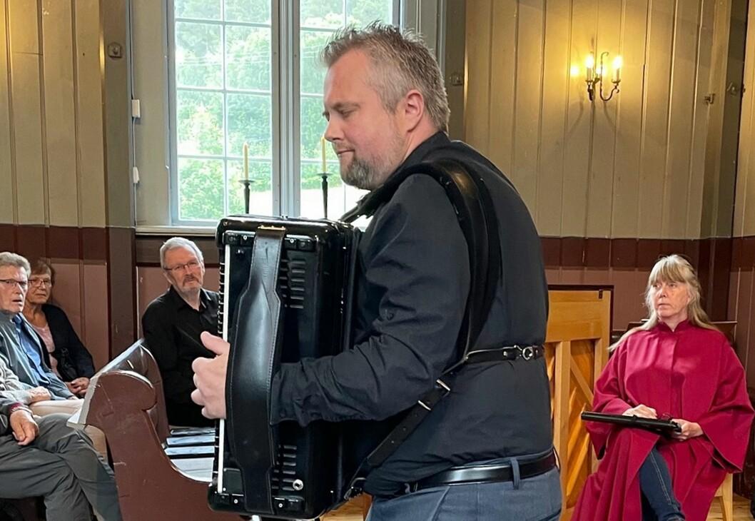 Organist Ronny Kjøsen spelar trekkspel.