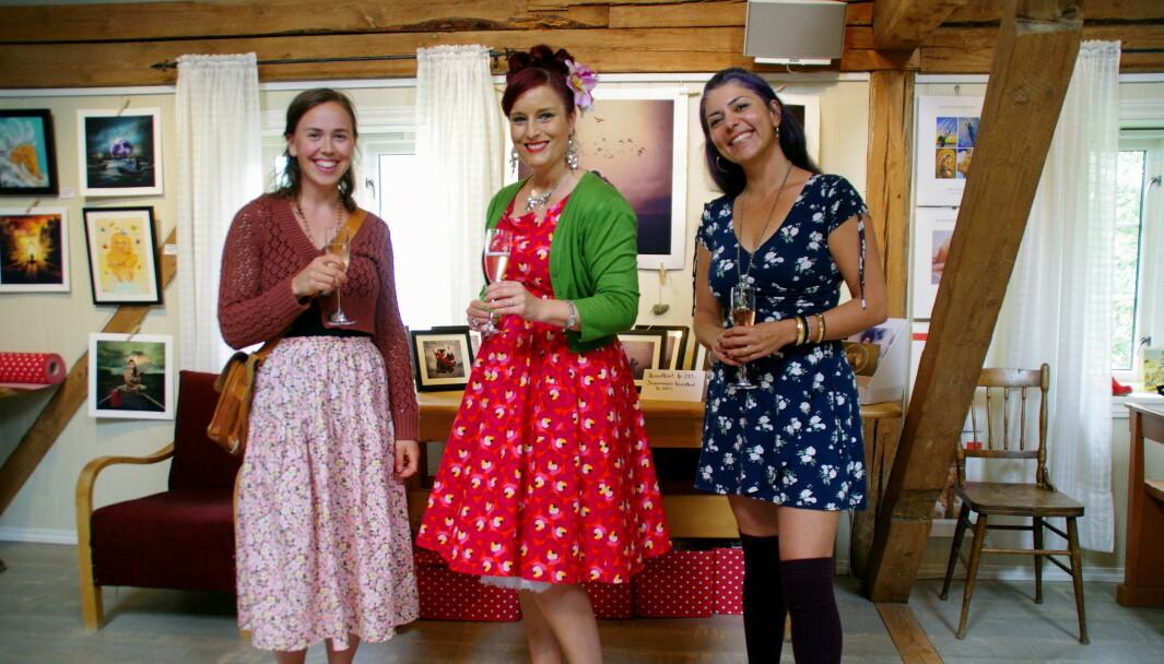Kunstnarane Synøve Daaland, Inga Dalsegg og Gazelle Pezeshkmehr stiller ut verka sine i Rindal denne veka.