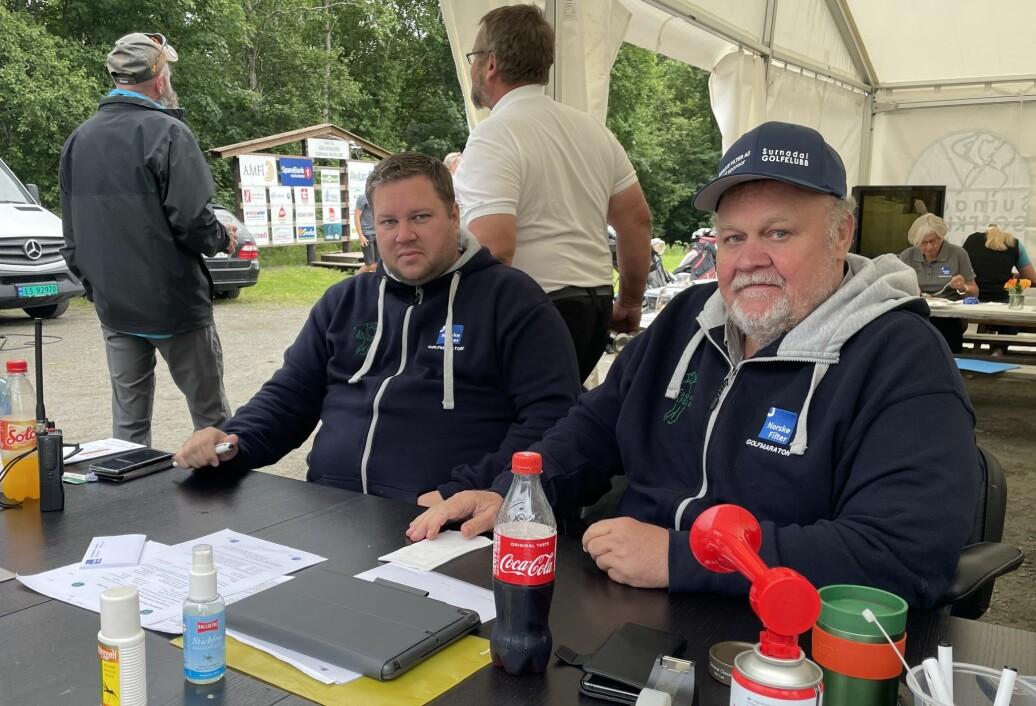 Arnstein Hilstad Garte (t.v.) og Emil Naterstad var to av de mange frivillige, som sørget for et godt arrangement lørdag. De to hadde stålkontroll både som sekretariat og mediekontakter under Surnadal Golf Maraton.