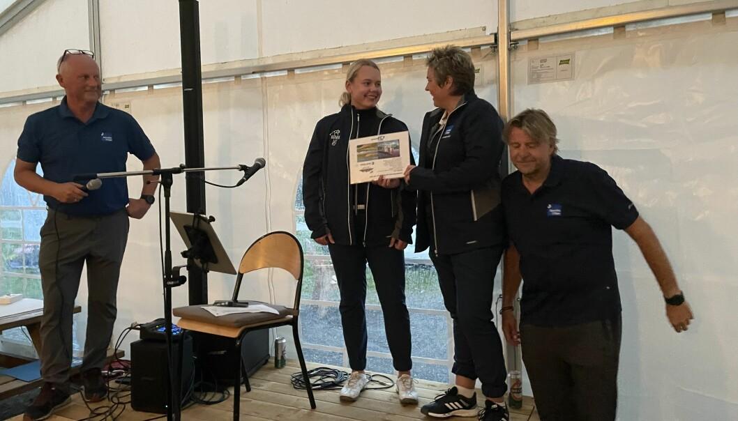 Knut Haugen (t.v.) og Tor Oterhals (t.h.) har her nettopp delt ut førstepremien til Ragnhild og Heid Snekvik.
