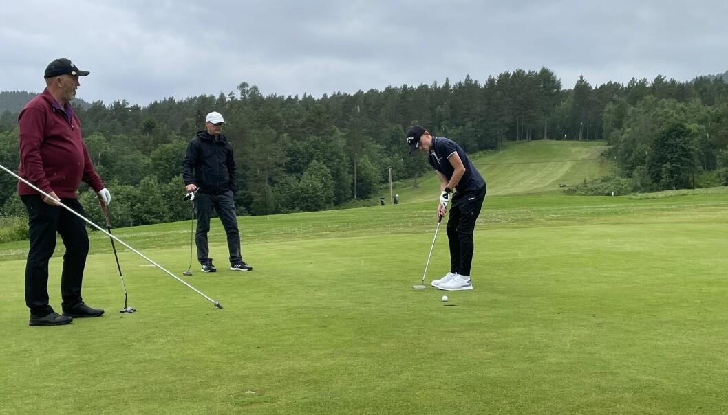 Oddvar Melkild Væge og Tom Erik Kvande ser det snart 12 år gamle stortalentet Marius Kvande sette en putt. Far og sønn Kvande endte på en flott 7. plass av 28 lag.