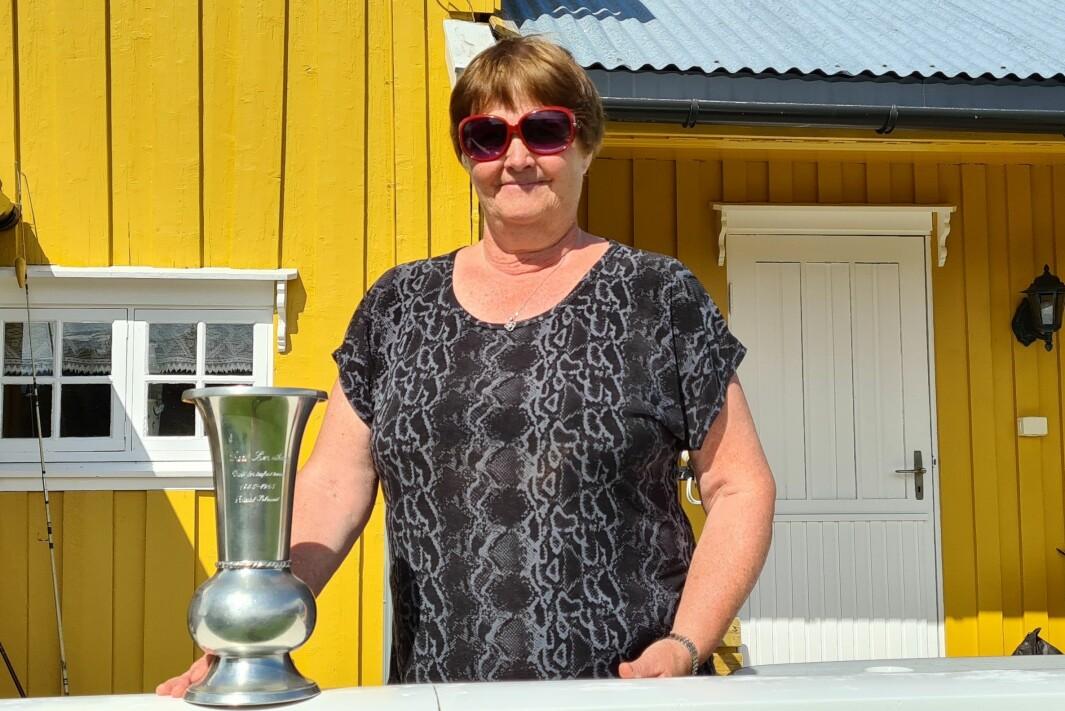 Hege Rasmussen Løseth kan stolt vise fram vasen til bestefar.