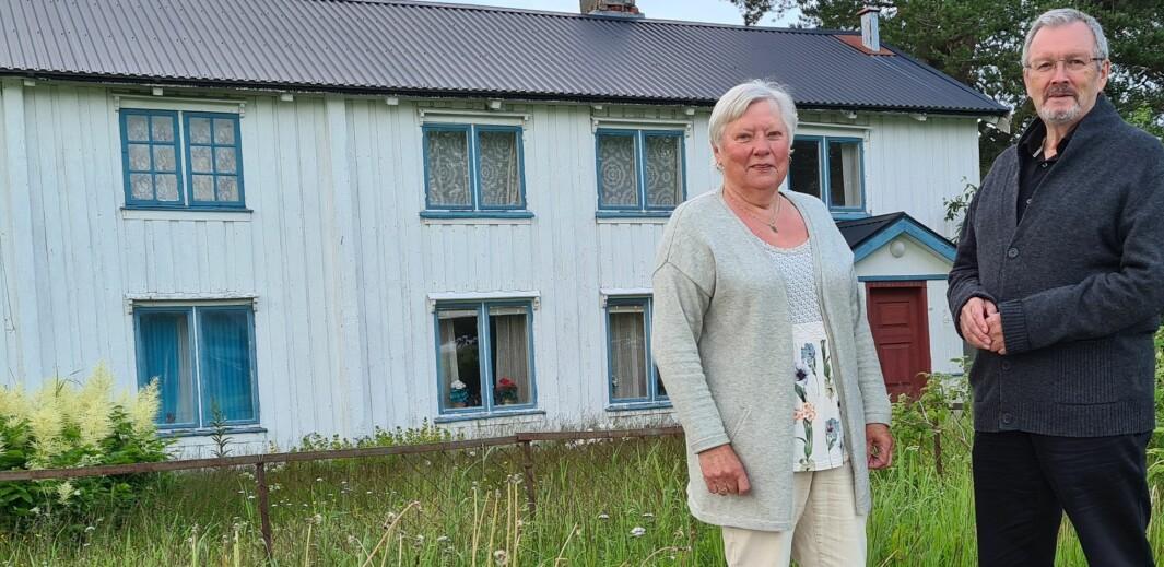 Ragnhild S. Bolme og Bernt G. Bøe framfor husa som står på Bogen i dag