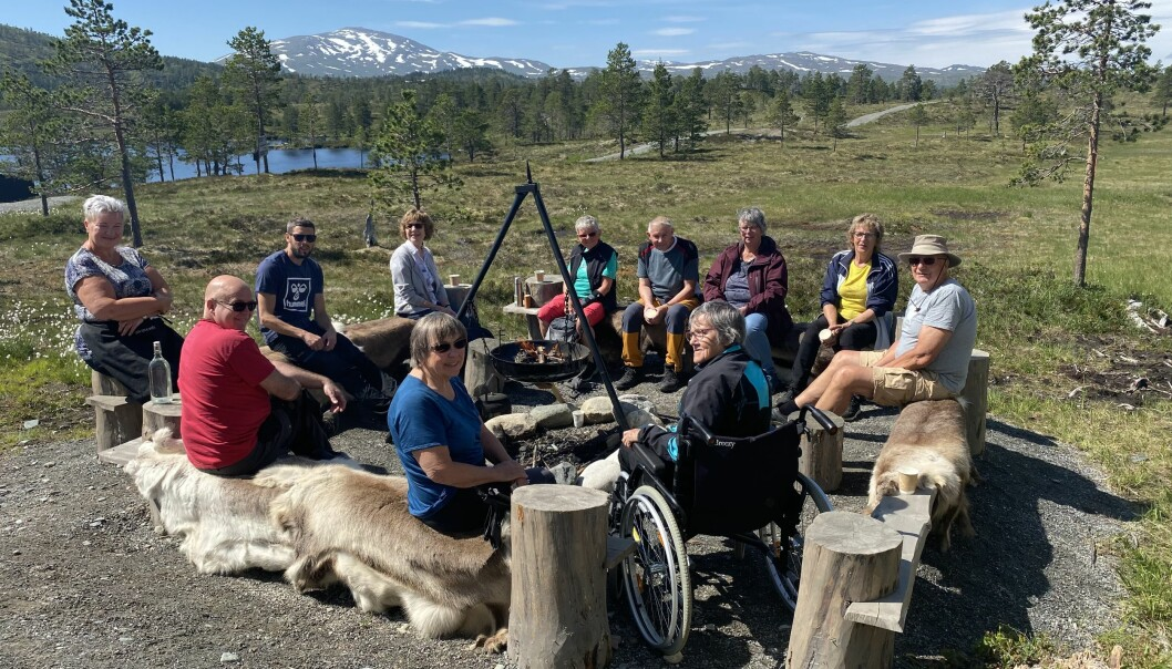 Samling rundt bålpannna i flott norsk natur