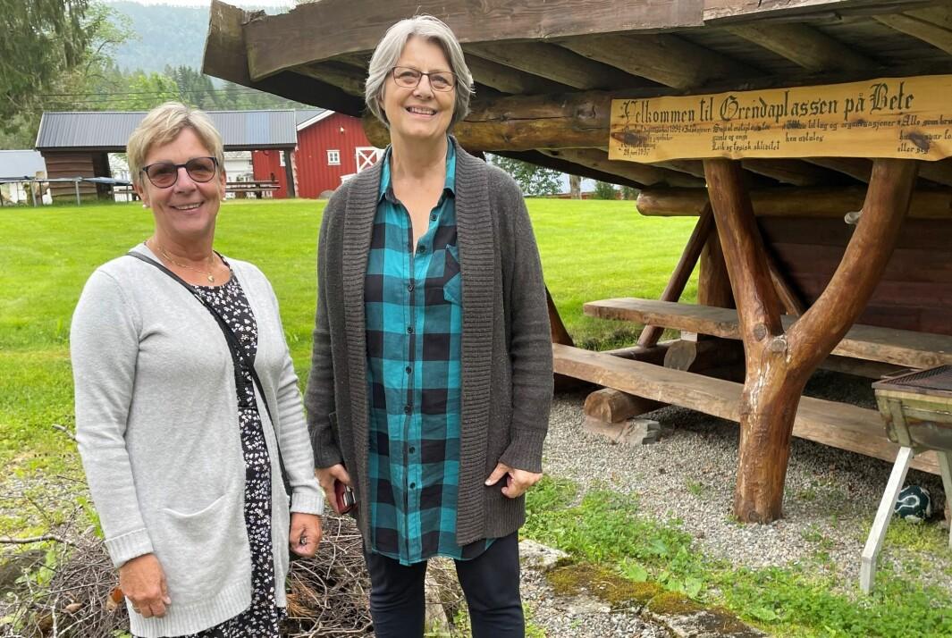 Soknerådsleiar Eva Jorid Svendsen (t.v.) og klokkar Randi Vetleseter Bøe inviterer til gudsteneste på Grendaplassen på Bele.