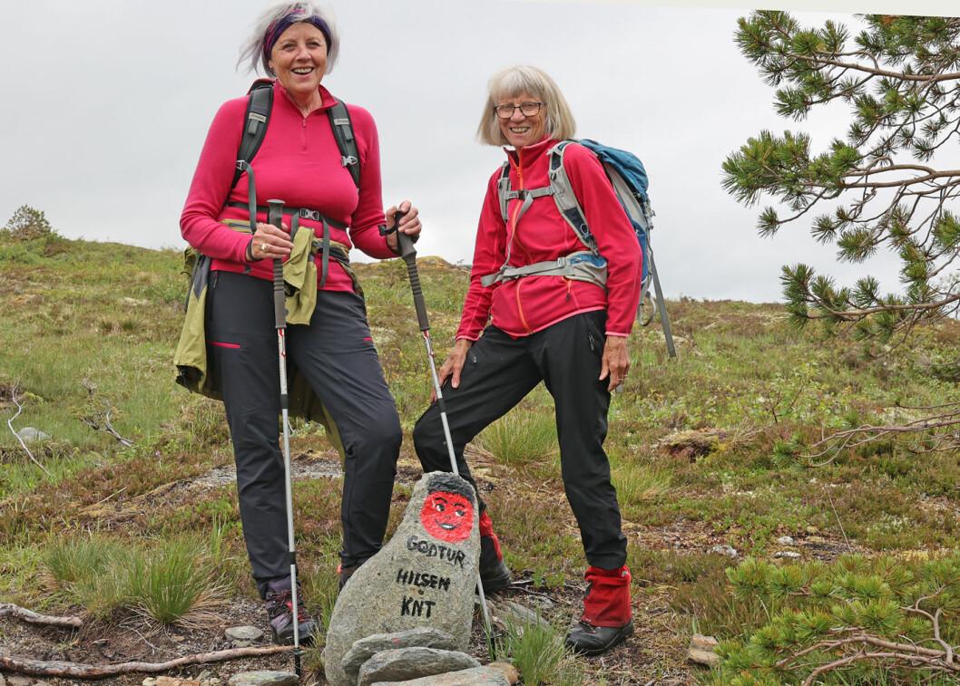 På vei fra Øygarden til Grytbakksetra. To blide turgåere av i alt 21 som var med på denne turen.