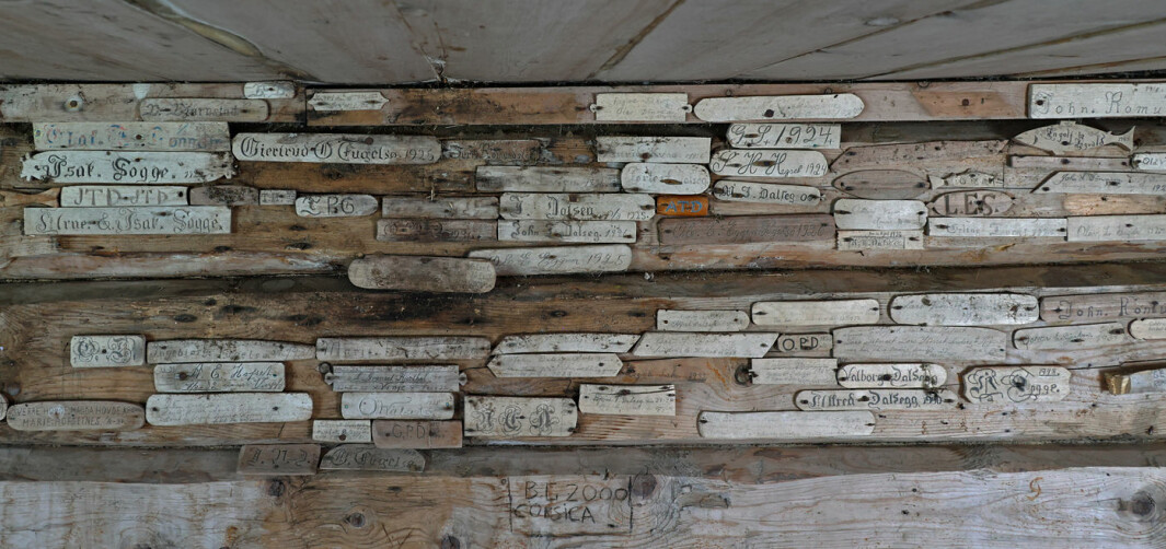 Inne i Kråkhaugsetra er det en hel vegg med navnspildrer. Datidens visittkort.