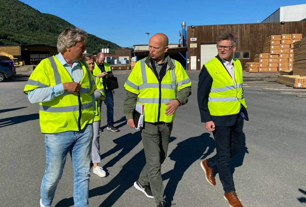 Fra venstre: Konsernsjef i Talgø, Terje Talgø, Trygve Slagsvold Vedum (Sp) , Salgs- og markedssjef i Talgø, Bjørn Hauglann. Bak skimtes ordfører i Surnadal, Margrete Svinvik (Sp)