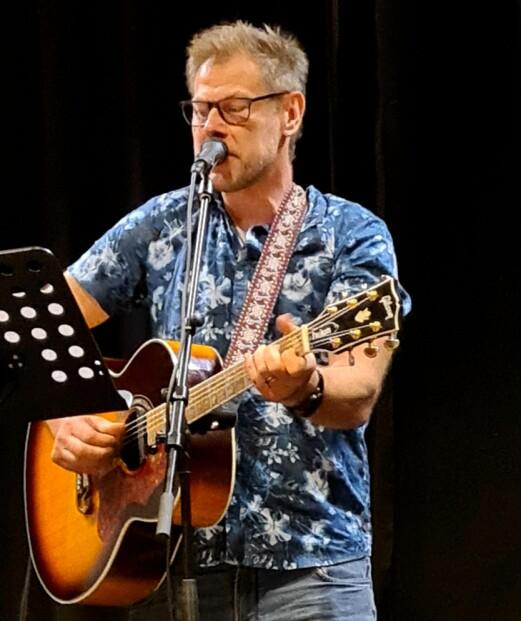 Karstein Mauset song og spelte gitar.