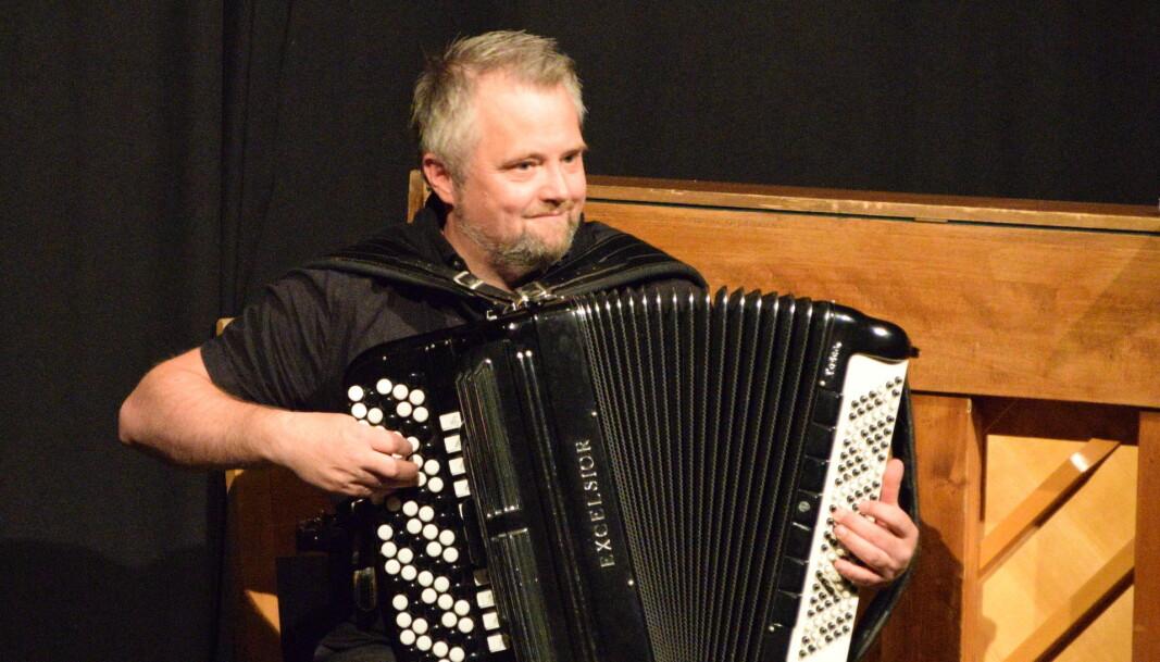 Ronny Kjøsen har spilt trekkspill siden har var 10 år gammel. Han hadde lært seg en lokal vals for anledningen.