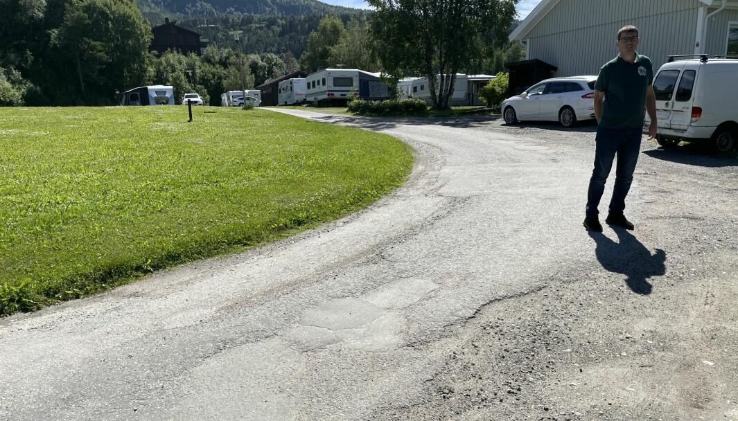 Her møtes veistrekningene Surnadal kommune og Surnadal Camping Brekkøya eier. Kommunen eier fra Øye-brua og langs elva, til pumpehuset (til høyre for høyre bildekant), mens Gerald Grewe campingplassen eier delen som går videre opp i retning Moabrekka.