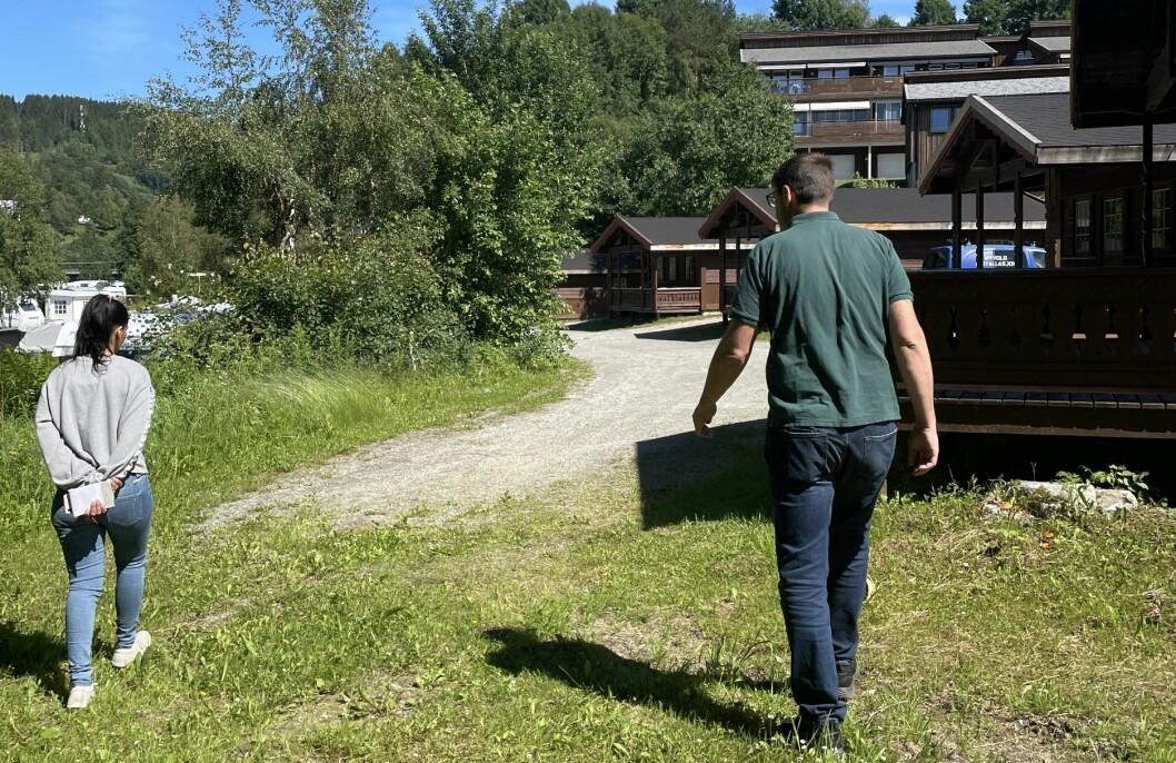 Den aktuelle veien går like ved- og mellom både hytteverandaer, campingvogner og bobiler.