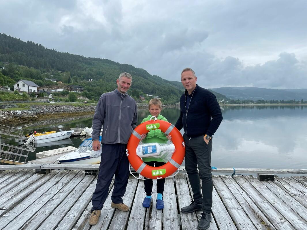 Øyvind Dannevig, sønnen Oskar Andre og Steinar Aasbø. Oskar Andre fikk en liten innføring i bruk av redningsbøye, og er klar for innsats om noen skulle falle i vannet!