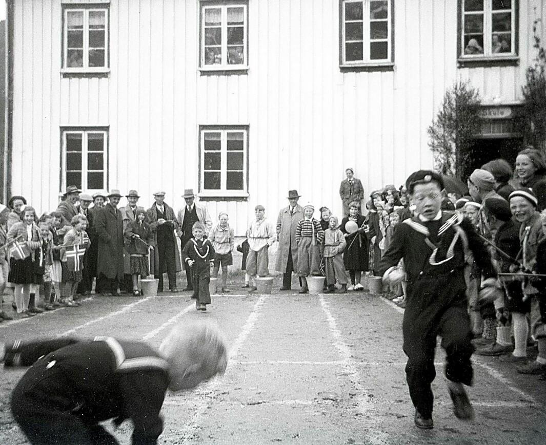 Blir tema: Bøfjorden har mista skulen sin. Men mykje liv knyter seg for eksempel til Gammelskulen, som vart bygd for 150 år sidan. Her potetløp ein 17. mai på 1950-talet.