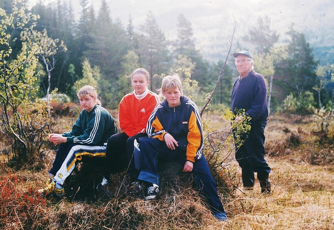 Blir tema: Hans Nielsen Hauge (250 års-jubilant i år) møtte gjetartausa i Sollia her på Snømyra, fortalte Jonas Settemsdal i 1998 til skuleelevane Silje Bøe (frå venstre), Torbjørg Rosvoll og Ida Elisabeth Dønheim.