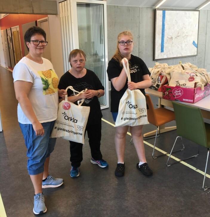 Tove Helgetun og Frida Lesund tar vel i mot gaveposene fra saniteten. Click to add image caption