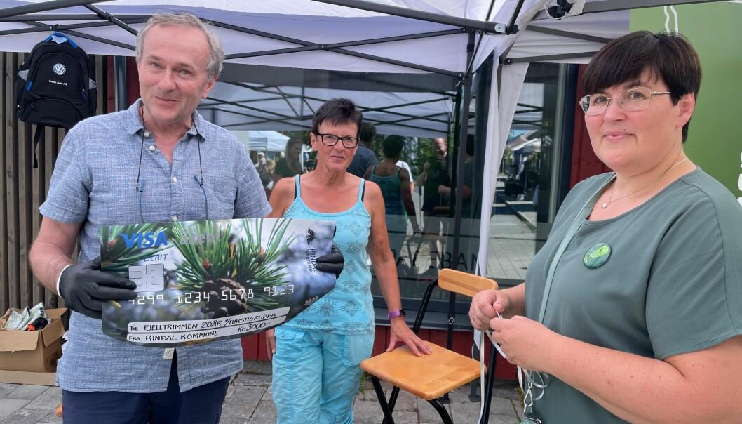 Baard Gåsvand og Aud Lillegård fikk, på vegne av turstigruppa i Rindal IL, utdelt en sjekk på kr. 3000,- fra ordfører Vibeke Langli og Rindal kommune.
