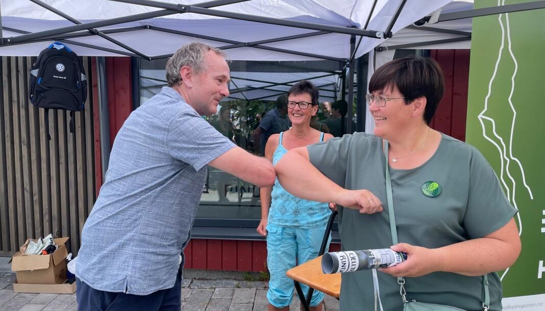 Baard Gåsvand og ordfører Vibeke Langli med koronavennlig hilsen, med Aud Lillegård bak.
