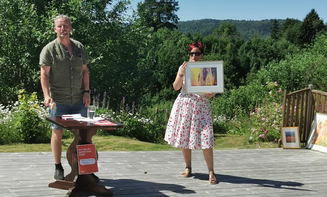 Morten Møller og Inga Dalsegg holdt kunstaksjon for Rindal kunstlag.