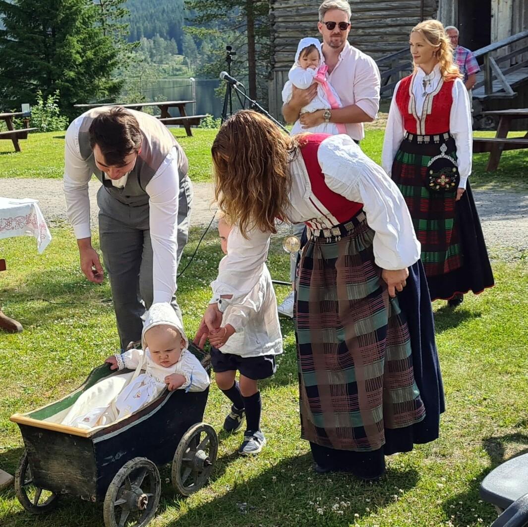 Storebror trilla barnevogna med dåpsbarnet i åpningsprosesjonen.