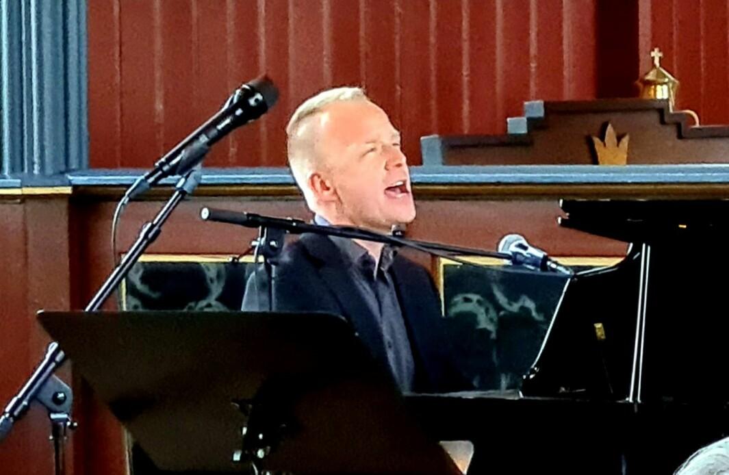 Espen Selbæk akkompagnerte seg sjølv på flygel, og han fekk også støtte frå Vevang på orgelet frå galleriet.