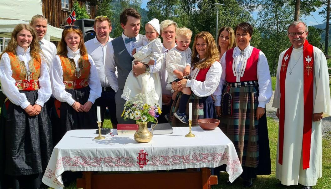 Jonas Flåtten Tiseth med fadrar og familie