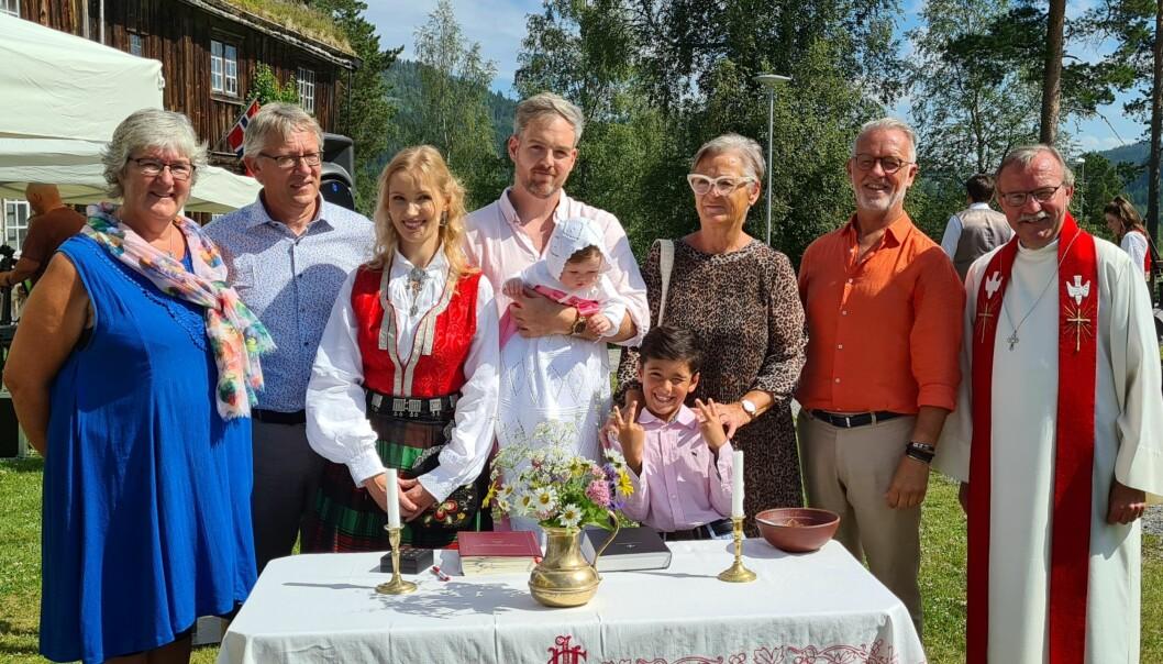 Kamilla Trønsdal Michielsen med foreldre og fadrar.