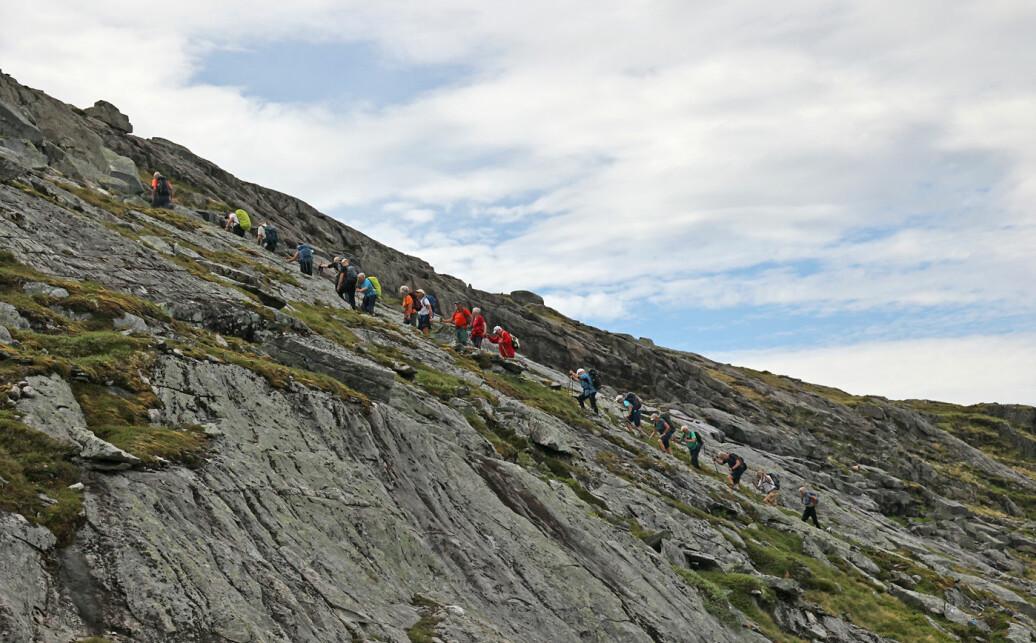 På vei fra gruveområdet til toppen på Hjelmkona. Bratt fjellside, men tørt og fint å gå oppover.