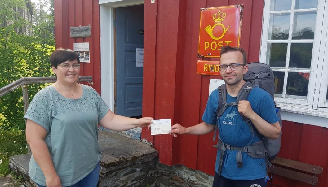 """Ordfører i Rindal, Vibeke Langli, får overrakt brev av Mads Heggen, som besøkte kommunen da han gikk """"Den Trondhjemske postveg"""" fra Bergen til Trondheim."""