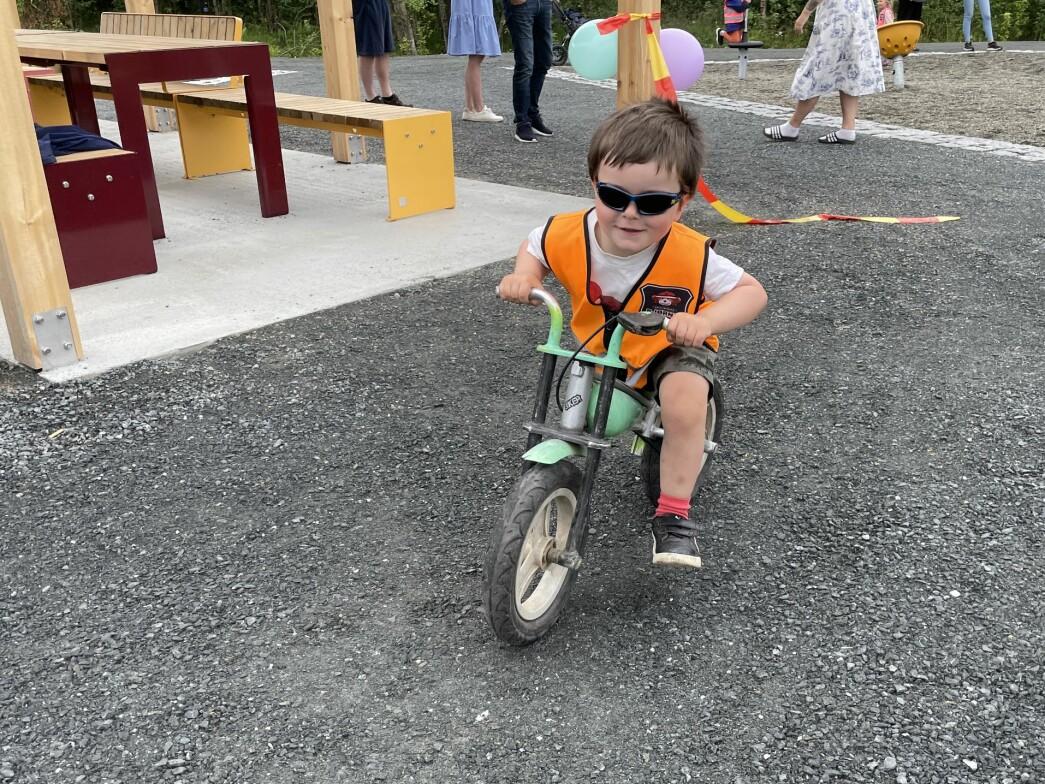 Emrik Sivertsen Warmøy i full fart ut for å teste sykkelløypa.