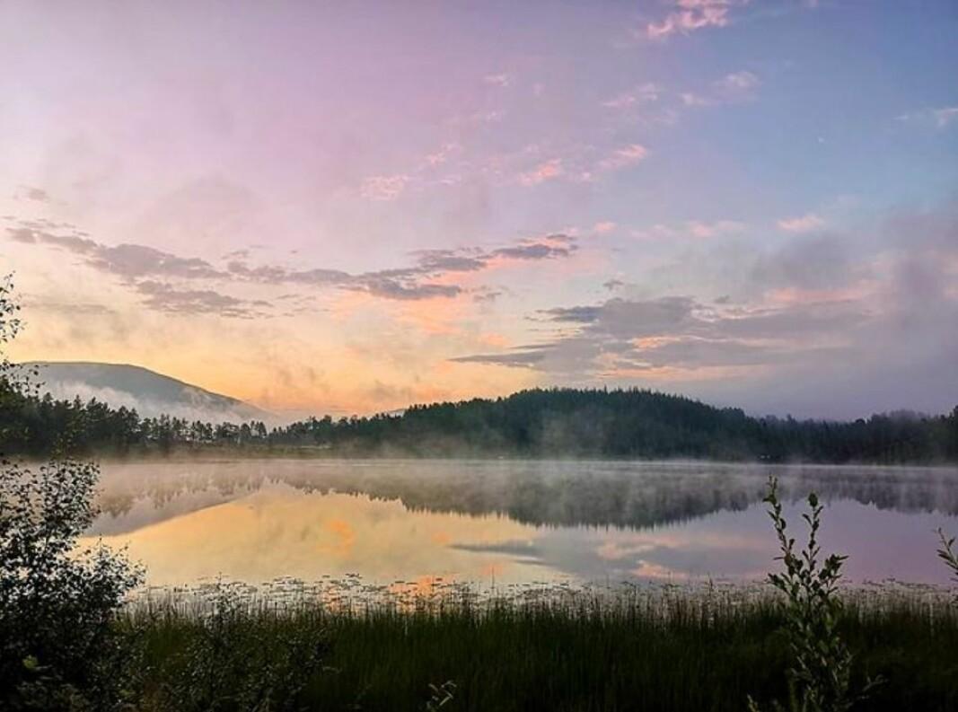 Spesielt lys over Bverfjordvatnet, og vannet varmere enn lufta 🤩