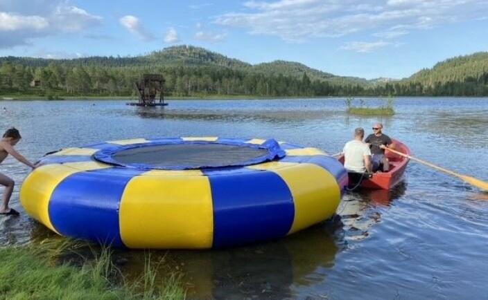 Trampolina er blåst opp og taues ut på vannnet.