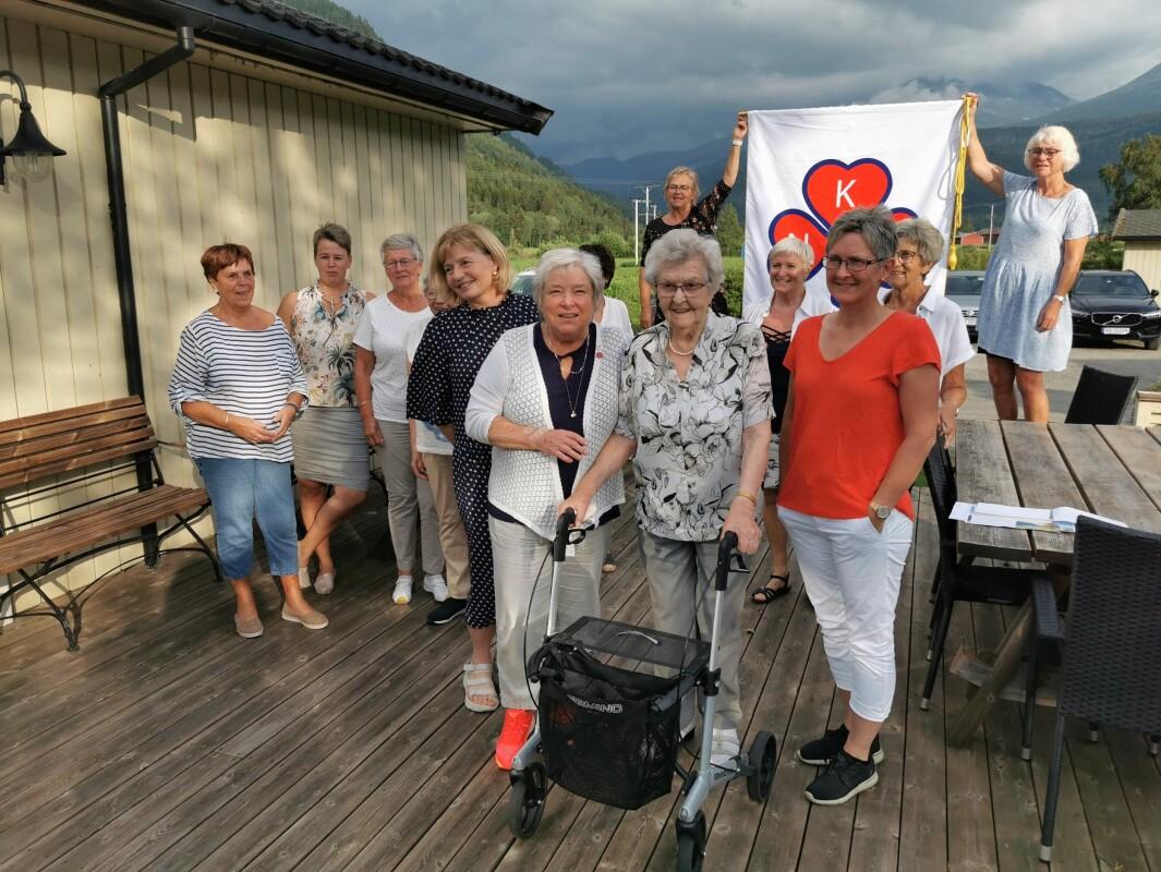 Fra foran fra venstre: Solveig Haglund, Maren Ansnes, foreningens eldste medlem, Jenny Kvendset som blir 100 år i høst og Helga Bele.