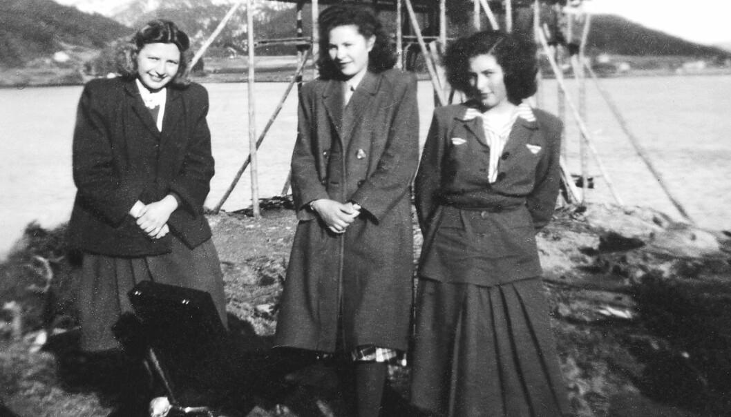 Skrøvsetholmen: Attmed nothenga møttest ungdommen i gamle dagar – gjerne med grammfonmusikk. Frå venstre Gyda Settem (Stolsmo), Nancy Settem (Bøe) og Sigrun Sættem (Wolden).