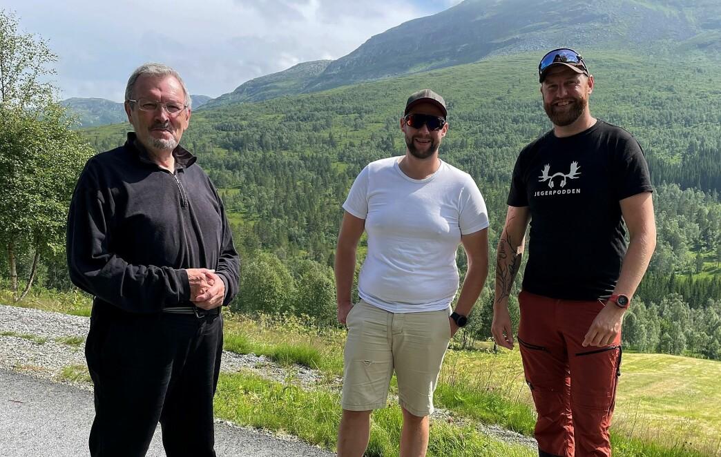 Åstad: Bernt Bøe (frå venstre), John Petter Mellingen og Jon Inge Vik med Hjelmen og marka i bakgrunnen, der Tølløv skaut Mannbjønnen