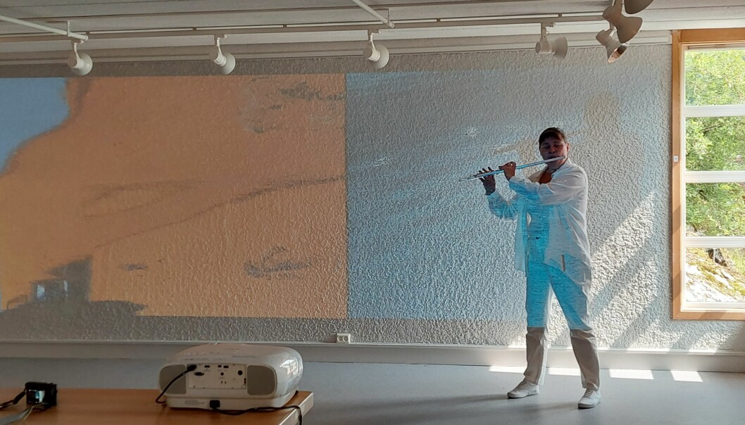 Tove Elin Strand sto for det musikalske innslaget. Her foran video av Jeremy Welsh.