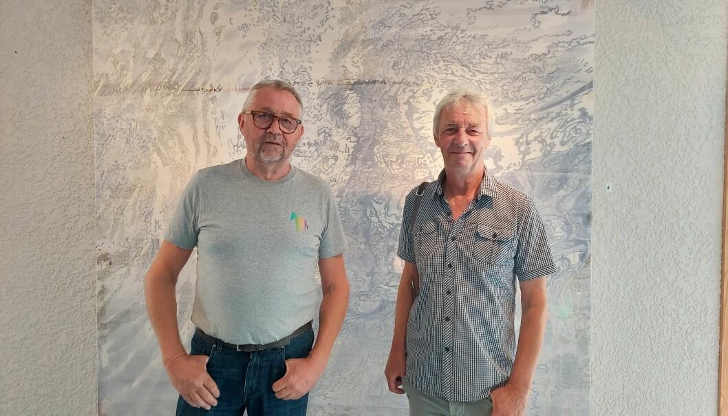 Jon Arne Mogstad og Jeremy Welsh foran ett av Mogstads malerier.