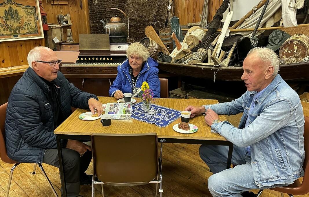 Kjell og Alma Osen frå Smøla samtalar med modellskutebyggjar Gunnar Strand om fiske og kjende fiskebåtar.