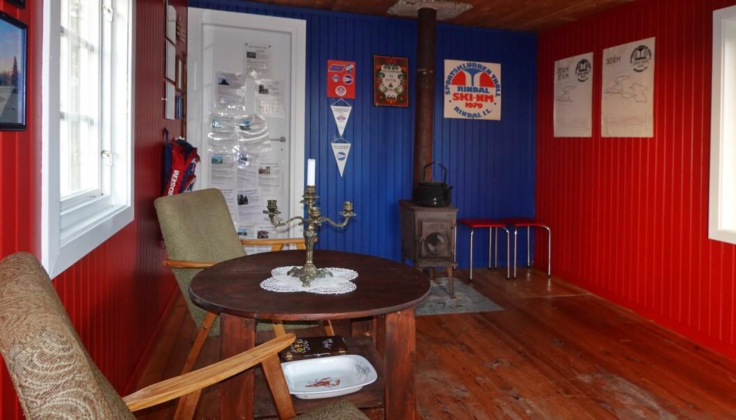 Haraldhøtta er oppgradert med vindu, dør, maling og gamle minner på veggene. Rødmalinga er insipirert av lakken på ett Landsem-treski som henger på veggen i høtta og blåfargen er inspirert av det gamle Troll-merket.