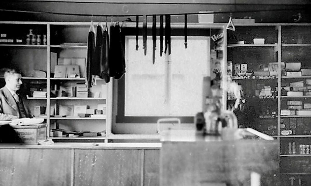 Butikken Innergarden vart starta av Aage Garthe i 1930-åra. Truleg er det han vi ser til venstre på dette biletet frå rundt 1940
