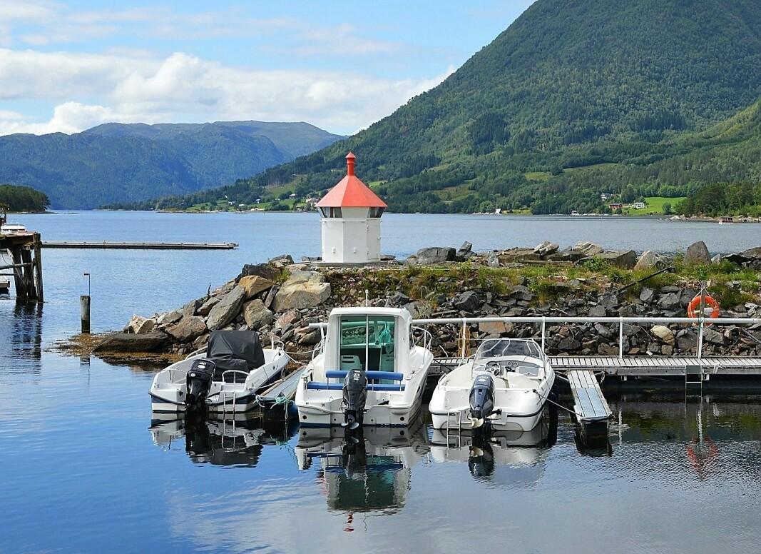 Småbåthamna attmed Elvanesset fekk ein ny attraksjon i 2019, da lykta frå Storberget vart flytta hit.