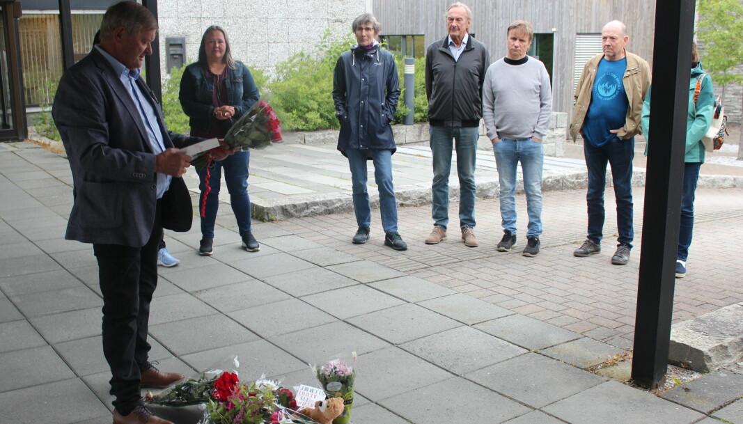Brøske legger ned blomster og kort fra Surnadal AP og Surnadal Røde Kors