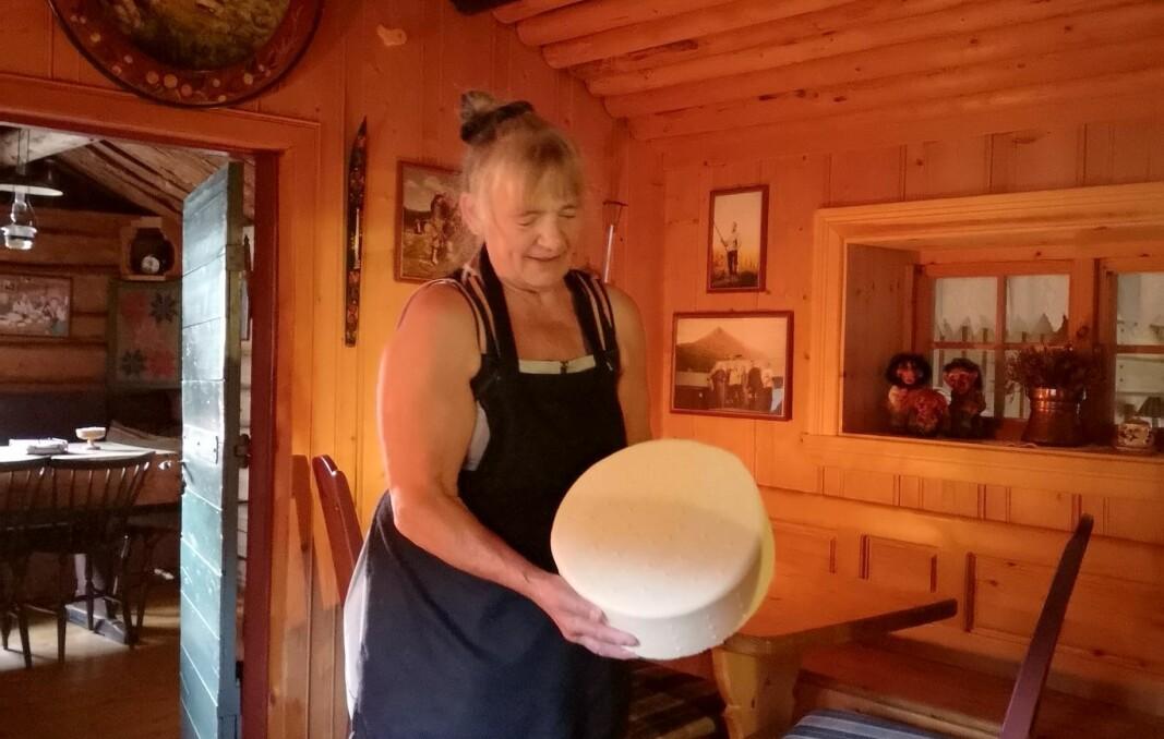 Nanfrid Ranheim Røysland lager egne melkeprodukter, blant annet yster hun ost.