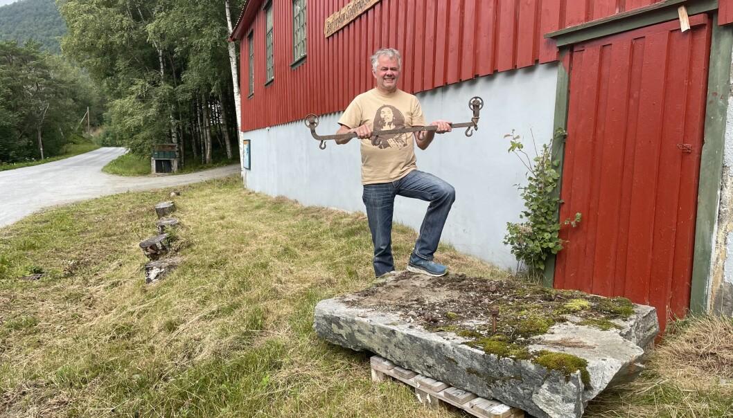 Ingebrigt Garthe med fundament og transportblokk frå gamle Bøfjordens Meieri.