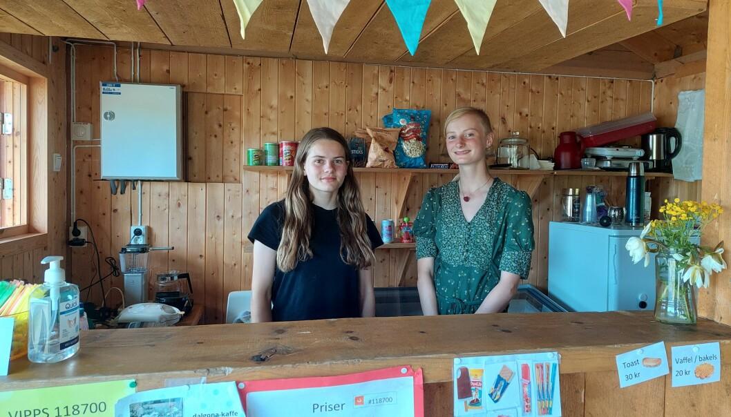 Frida og Uma i tjønnakiosken.