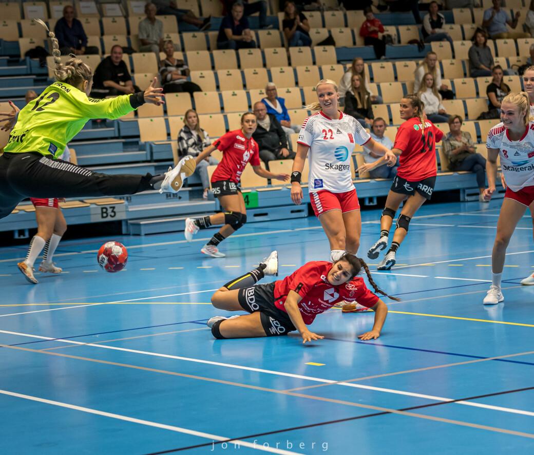 Sherin Obaidli og resten av Molde HK Elite gjester Surnadal idrettshall søndag