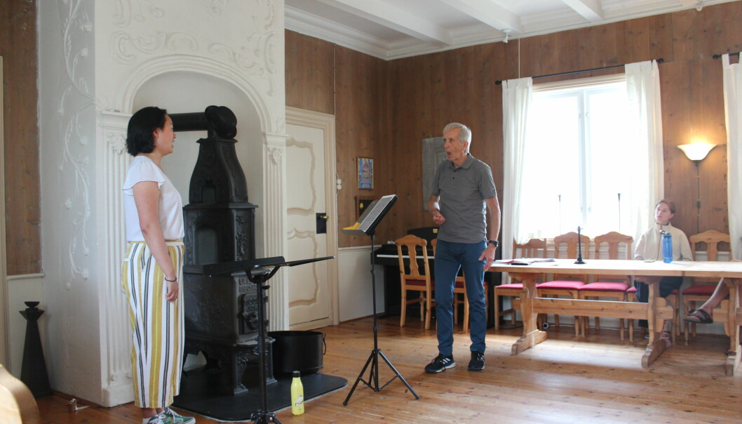Marte Arnesen får instruksjon om tungeplassering under operasang.