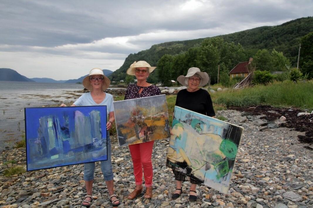Dei aktive damene frå Stangvik Berit Anne Botten Røkkum (74), Rannveig Brøske (72) og Anne Grete Kvendset (75) stiller ut måleri i Bondehuset galleri.
