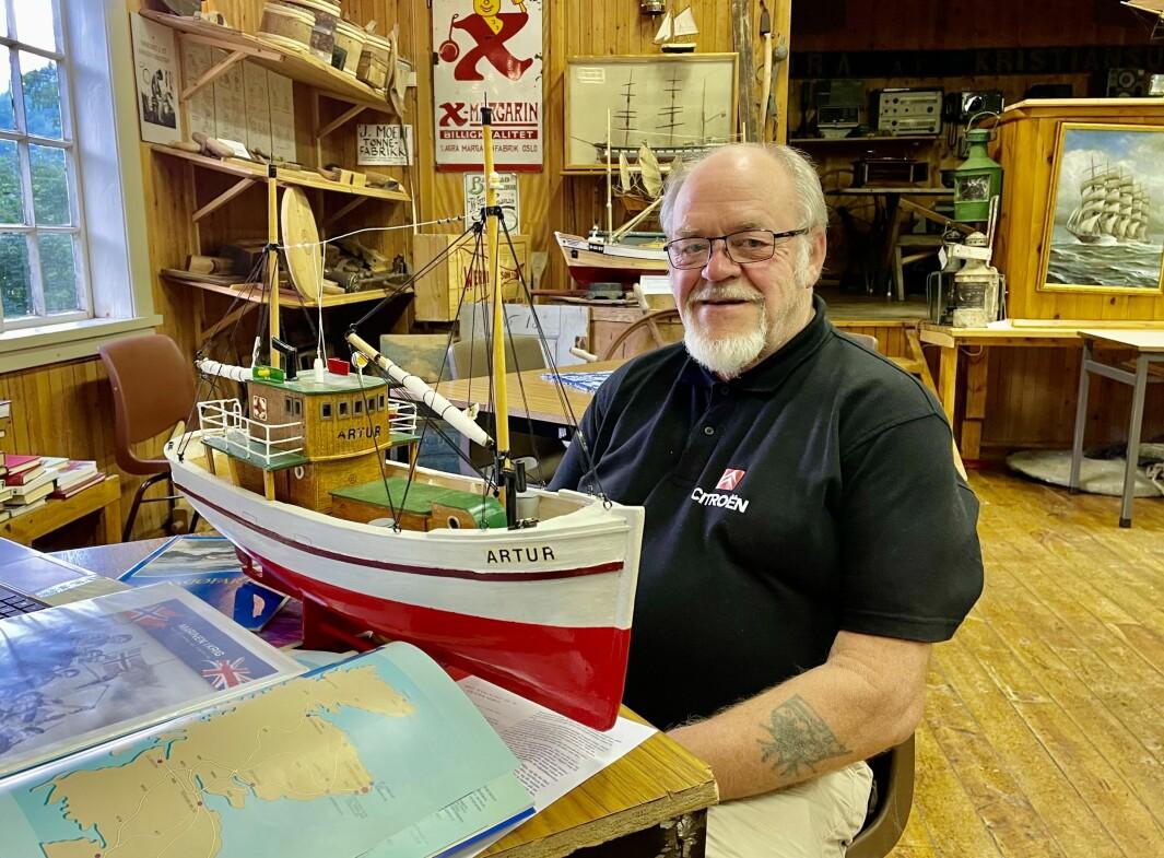 Jon Storløkken formidlar kjent og mindre kjent stoff om nordsjøtrafikken under krigen. Her med museets modell av shetlandsskuta «Artur».