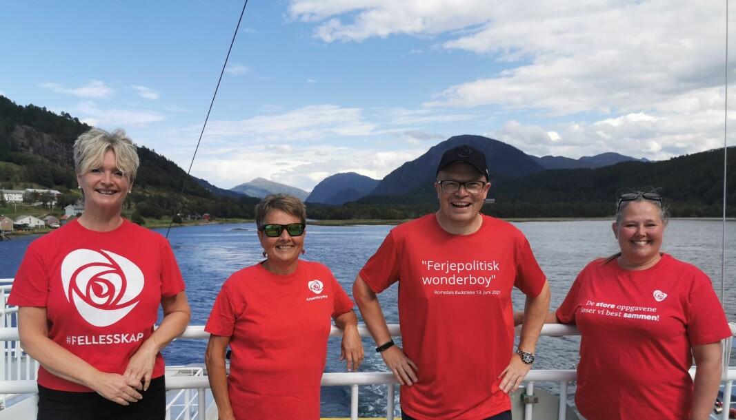 Fylkesordfører Tove-Lise Torve (til venstre) og 1. kandidat Per Vidar Kjølmoen møtte Fylkespolitikker Lilly Gunn Nyheim og Gruppeleder i Surnadal Arbeiderparti, Anett Ranes på Stangvikfjord.